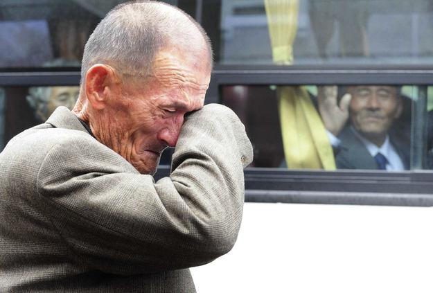 El 31 de octubre de 2010, a 436 surcoreanos se les permitió pasar tres días en Corea del Norte para encontrarse con 97 parientes norcoreanos, quienes habían sido separados desde la guerra de 1950-53.