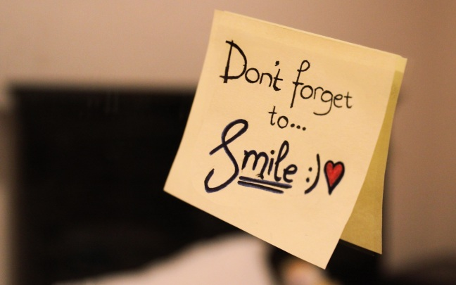 "Fotografía con un pos-it con las palabras Don´t forget to smile, en el post Smile"" de @JgAmago"
