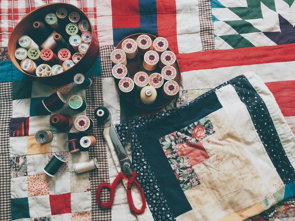 Costuras post de @JgAmago en #ReInventarseBlog con imagen Dinh Pham en Unsplash